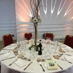 Table dressée avec jeu de lumières