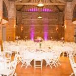 Salle avec illuminations en rose